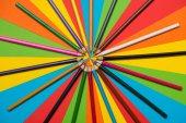 Barevné tužky na vícebarevné pozadí