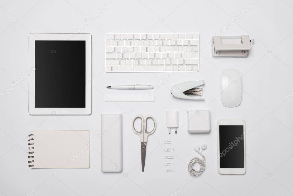 Weiße Büromöbel Und Bürobedarf Digitalen Tablet Und Smartphone Auf ...