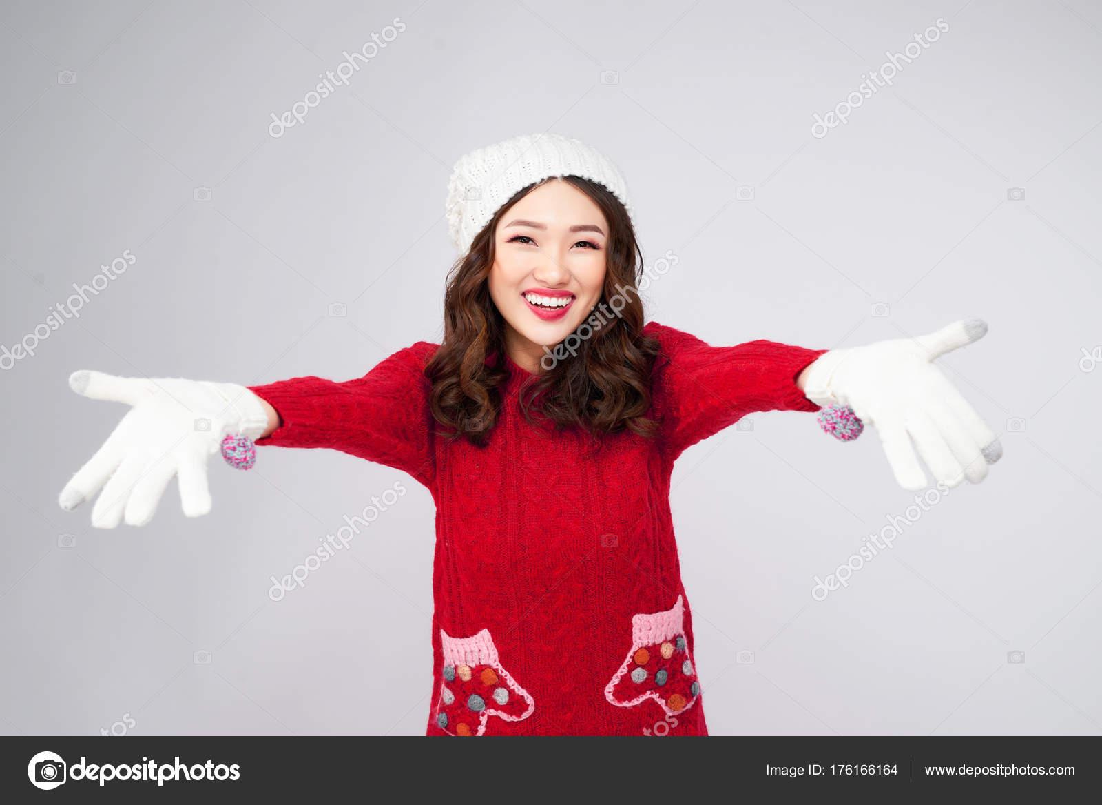 6fe64b9080a7 Ritratto di ragazza asiatica di inverno di bellezza in vestiti di lana  lavorati a maglia cappello– immagine stock