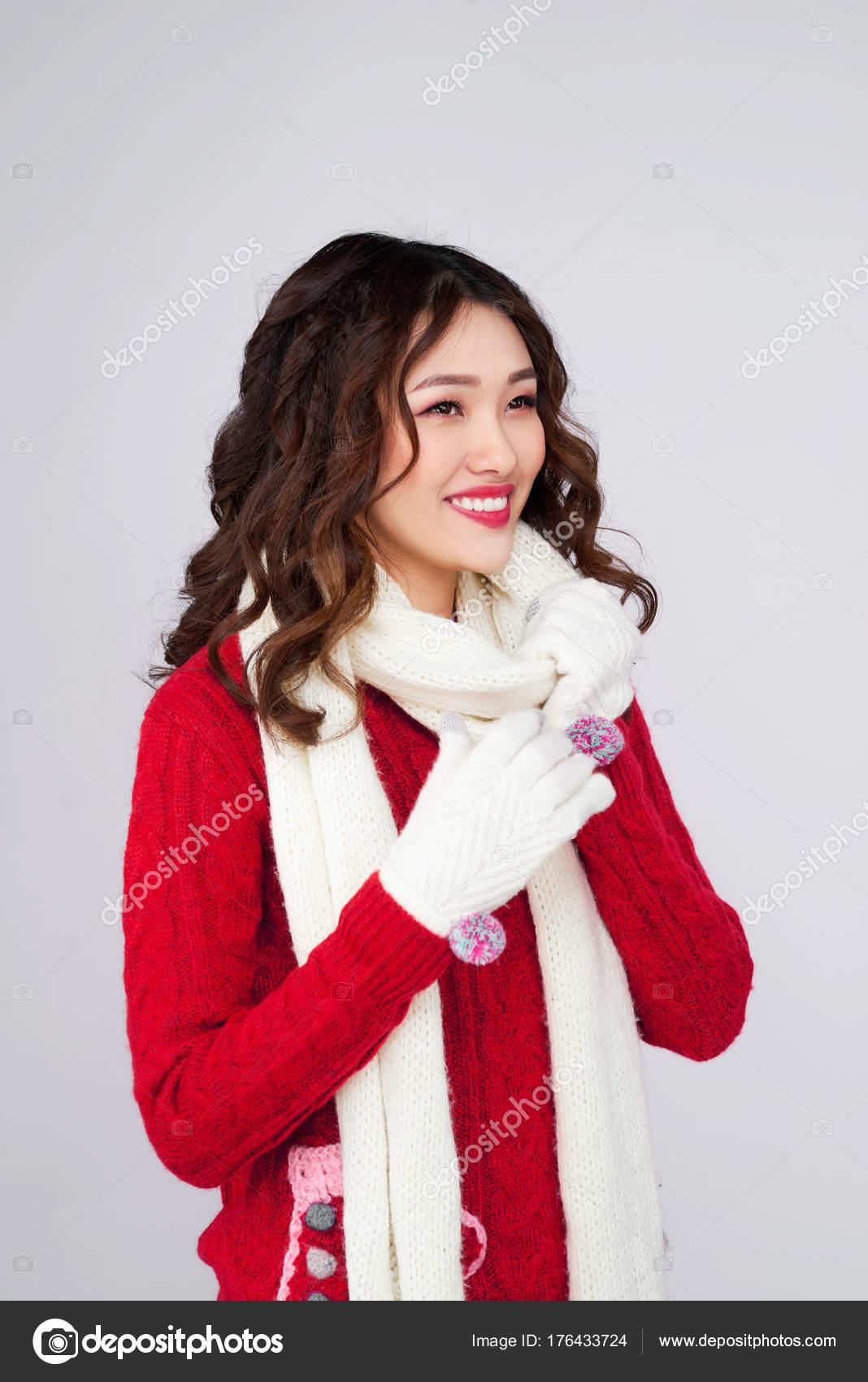 7158149b8773 Ritratto di ragazza asiatica di inverno di bellezza in vestito rosso di  lana lavorato a maglia — Foto di ...