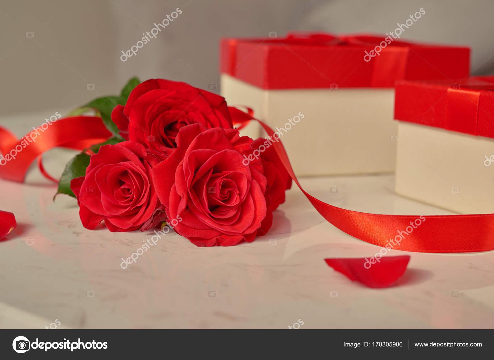 Valentinstag Konzept Frische Rote Rosen Und Geschenk Box Auf Tisch