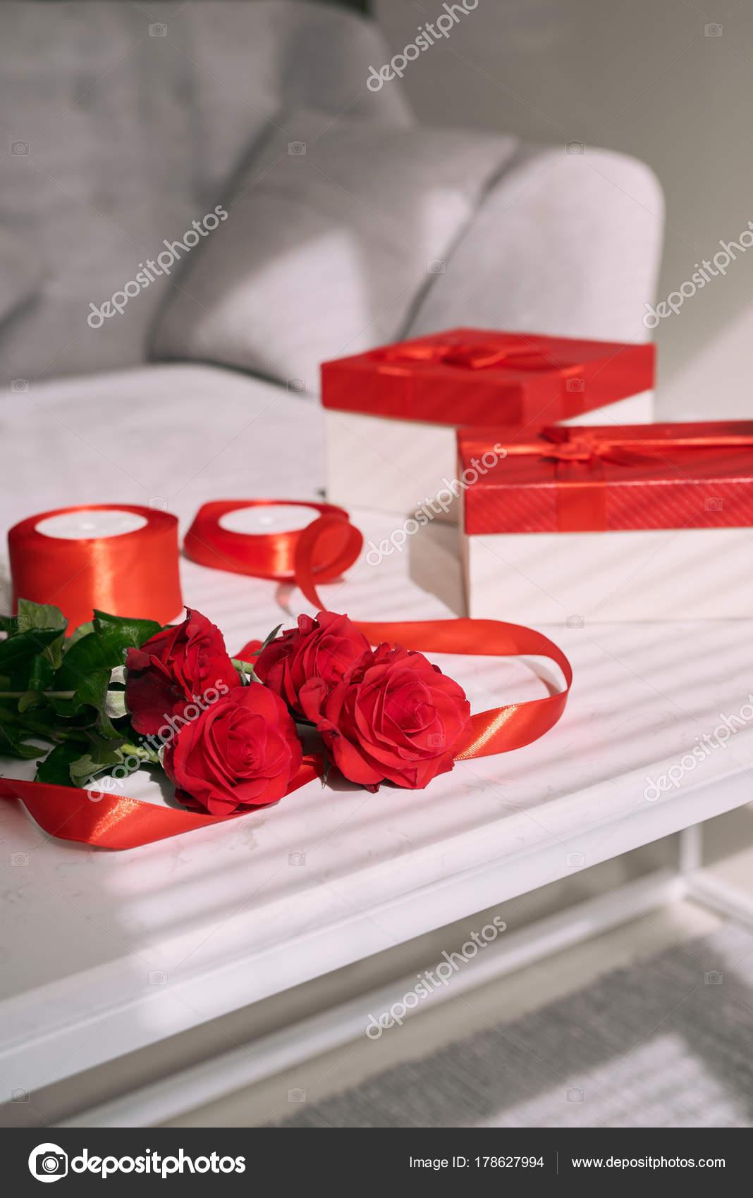 Valentinstag Grusskarte Rote Rosen Und Geschenk Box Auf Tisch