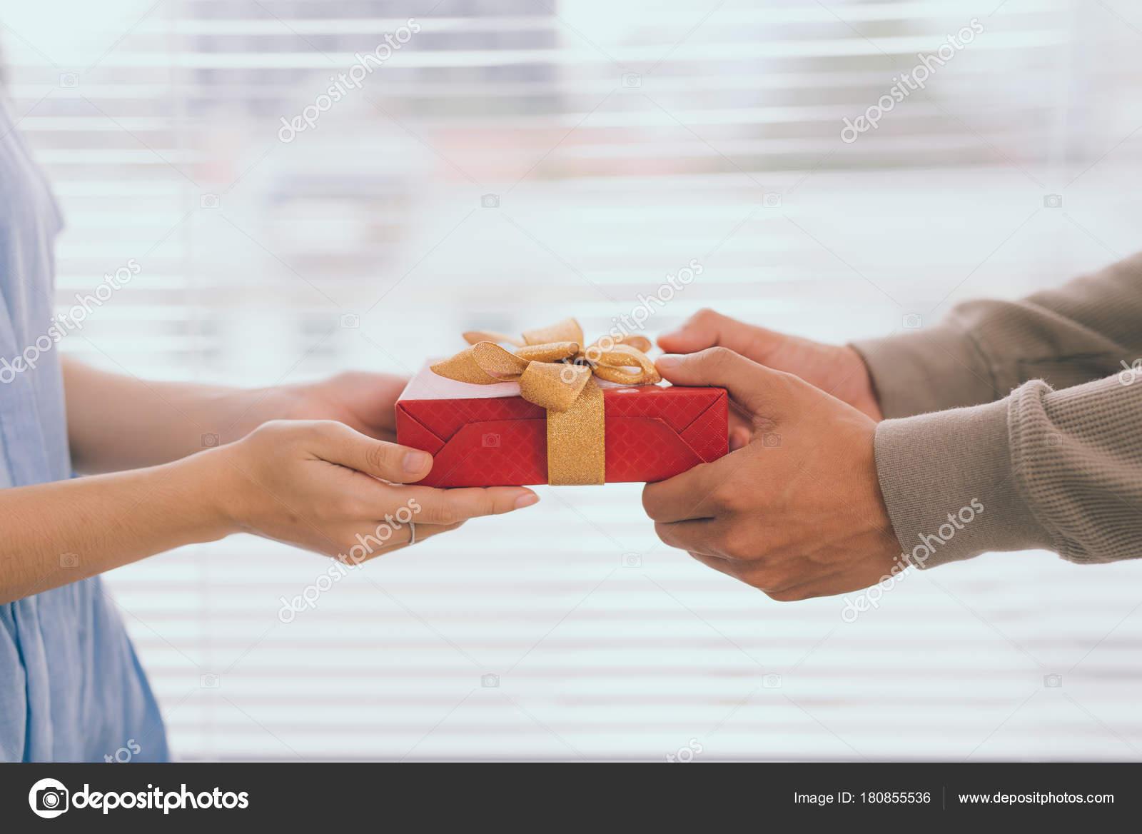 Verliefde Paar Romantische Man Cadeau Geven Aan Zijn