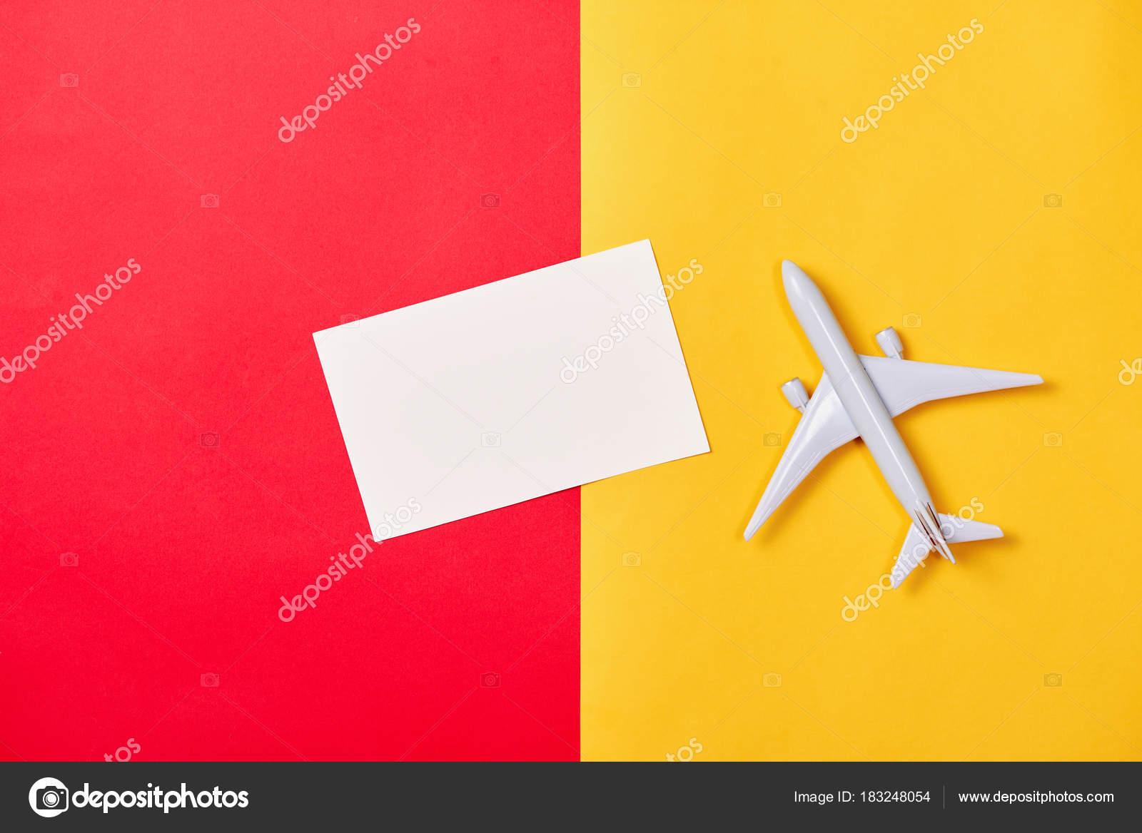 Avión Juguete Blanco Tarjeta Blanco Sobre Fondo Color — Fotos de ...