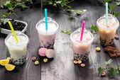 Mléčná bubble tea s tapioka perly v plastových kelímků