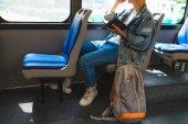 mladý muž cestování v autobuse, oříznutí