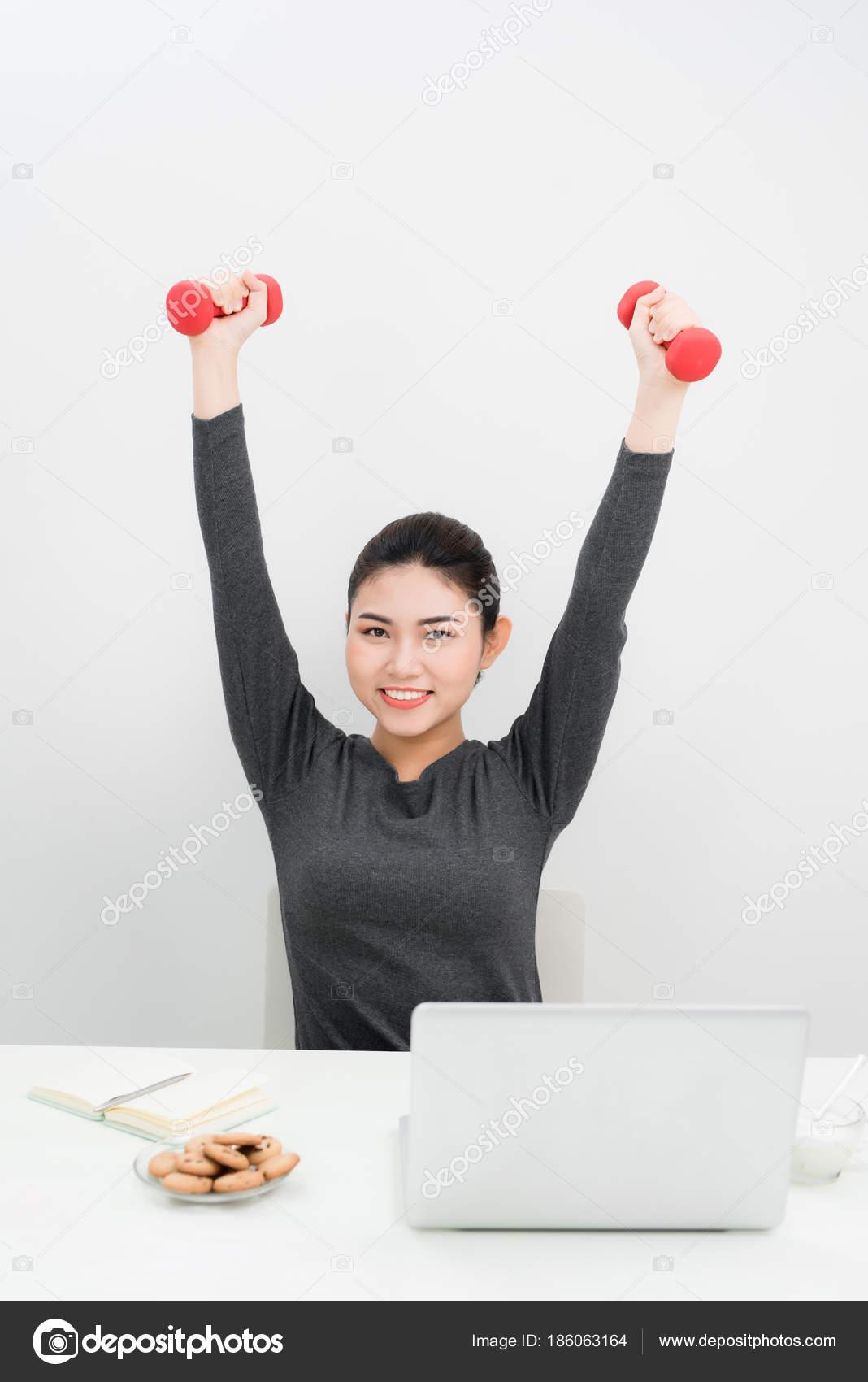 Junge Geschäftsfrau Die übung Mit Hanteln Fitness Büro Stockfoto