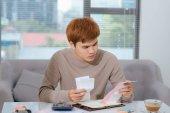 Mladá Asijská podnikatel vlastnící obchod s počítači a kontrola účtů a faktur s kalkulačkou, dělá rozpočet a výdaje