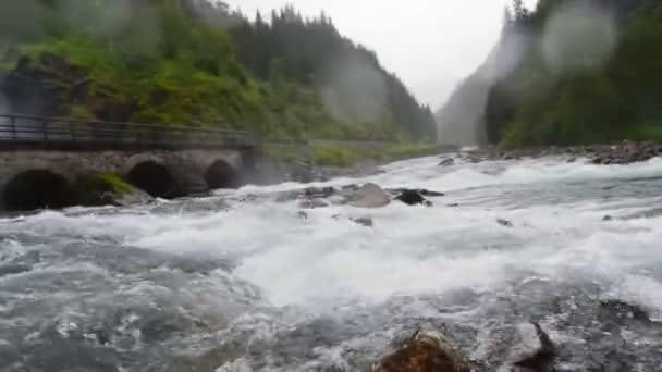 Langfossen Vodopád se nachází velmi blízko dálnice E134. Norsko.