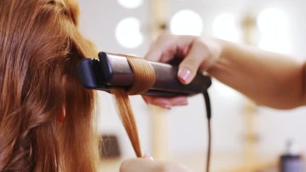 Kudrnatými chlupy na foxy dívka v salonu krásy kadeřnice zblízka zpomalené