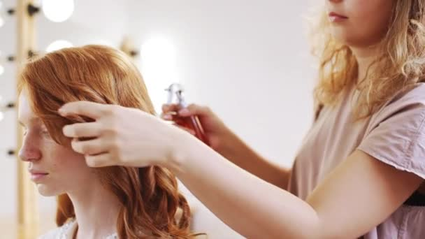 Ragazza di fare a foxy acconciatura femminile parrucchiere nel salone di bellezza rallentatore
