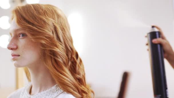 Ženské kadeřnice takže účes na foxy dívka v salonu krásy zpomalené