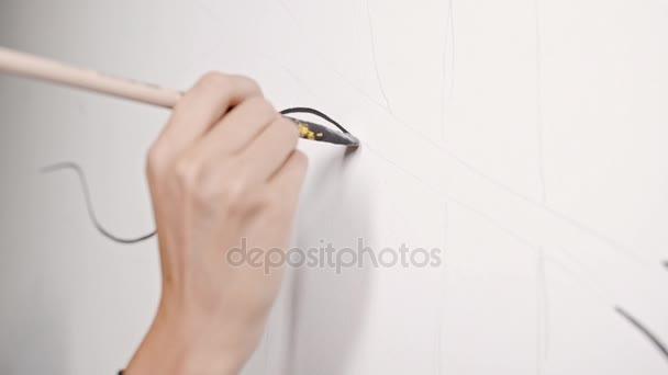 Holky Ruční přední linii na zdi černou barvou Zpomalený pohyb