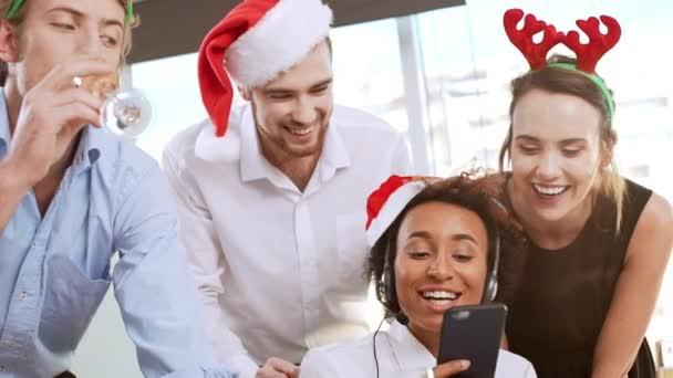 Fröhlichen Kollegen Lesen Grüße Auf Handy Bildschirm Zeitlupe
