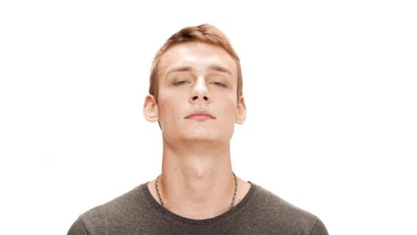 Nervózní mladý pohledný muž uklidni se nad bílým pozadím