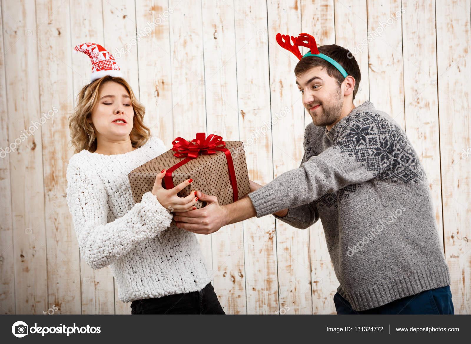 Junge schöne Paar Streit aus Holz Hintergrund für Weihnachtsgeschenk ...