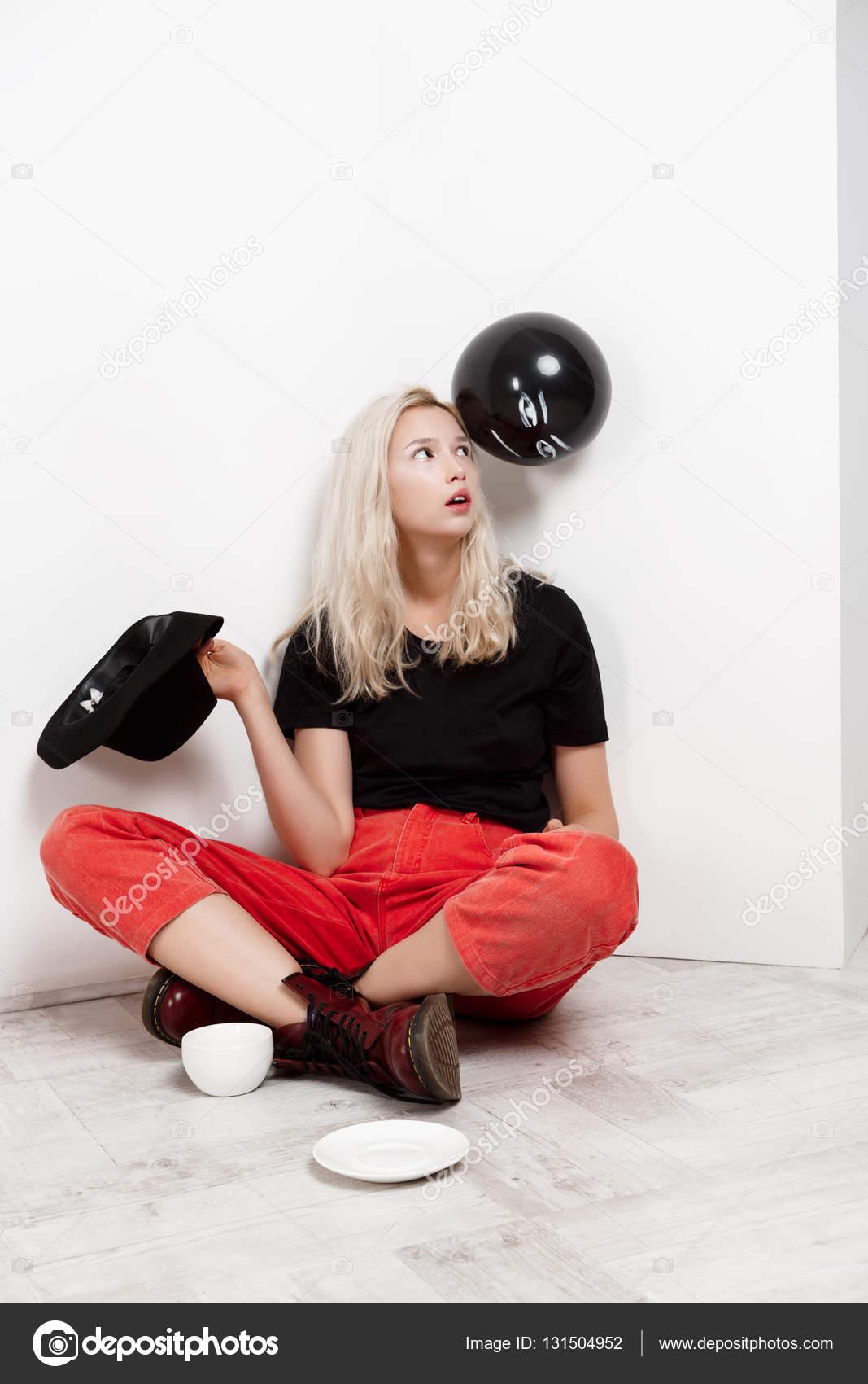 Молодая русская блондинка на полу