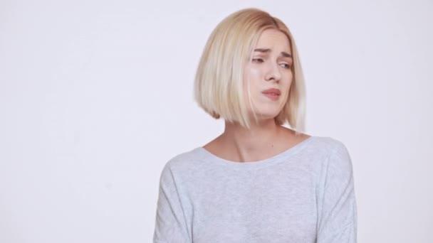 Totálně zklamaný Mladá krásná blonďatá dívka nad bílým pozadím