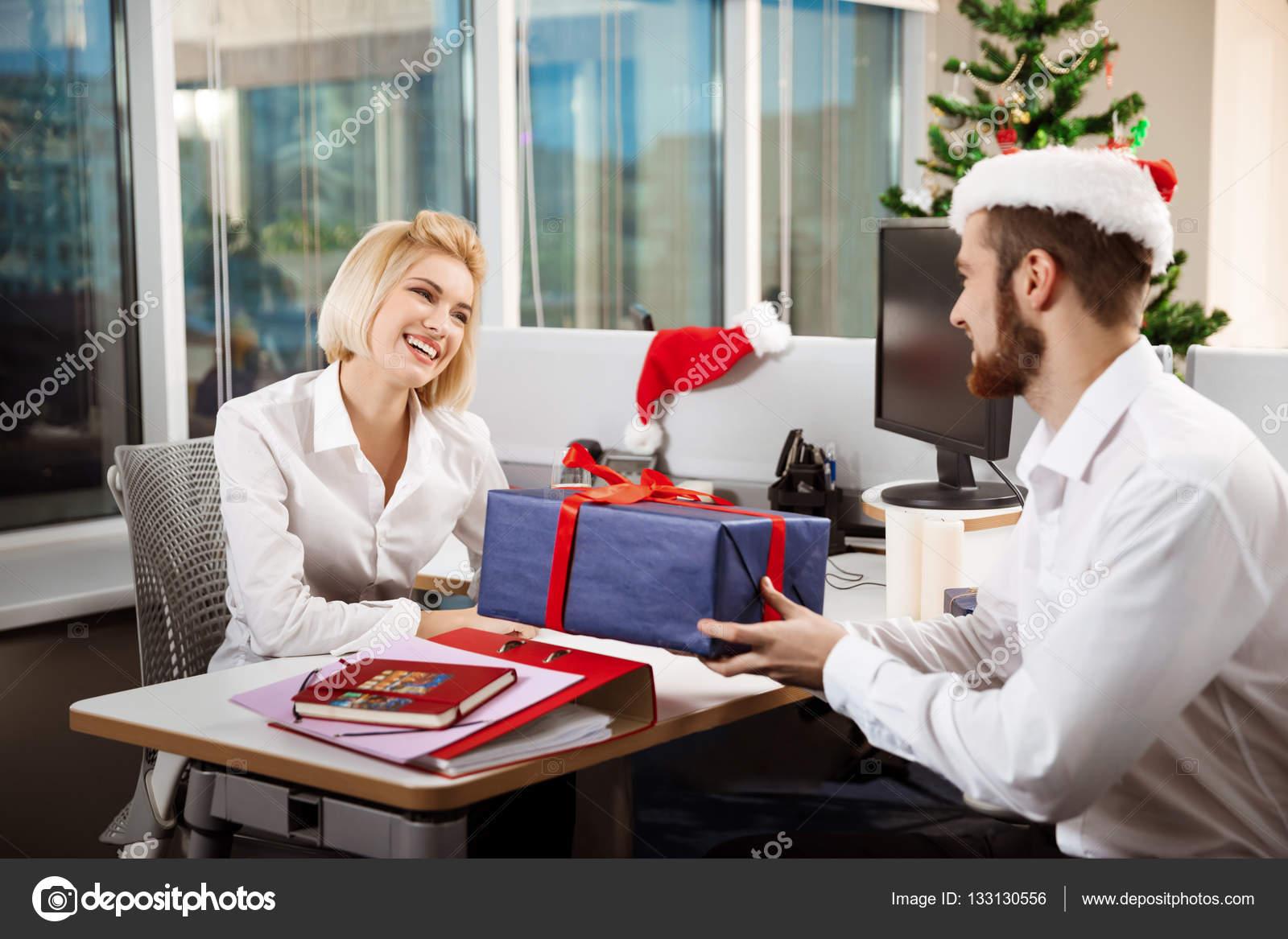 Kolleginnen und Kollegen feiern Weihnachtsfeier im Büro Lächeln ...