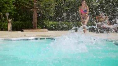 Négy a hímek és a nőstények medence nagy ugrás víz csobbanásai fordulattal. A Slow Motion