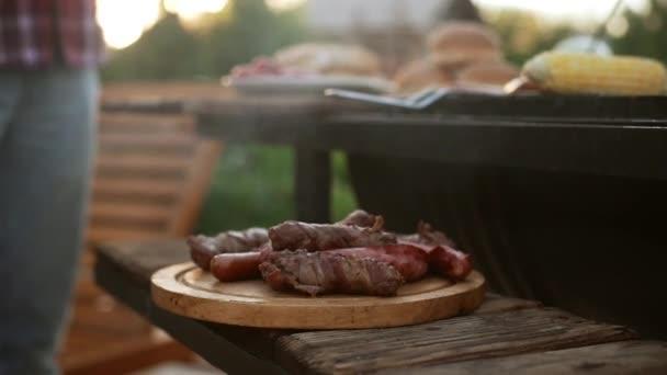 Dřevěná deska s Smažené maso a uzeniny u grilu. Detailní záběr záběr v slowmotion
