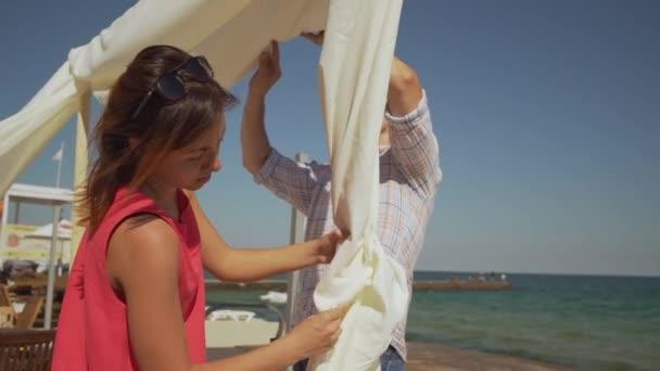 Masculina Y Femenina Decoración Boda Arco En Terraza De La Playa Cerca Del Mar En Cámara Lenta