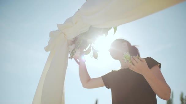 Junge Frau Mit Braunen Haaren Hochzeit Bogen Mit Blumen Dekorieren