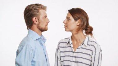 Krásné Kavkazský pár překvapivě líbání na bílém pozadí v slowmotion