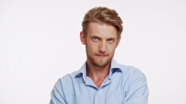 Sexy bělošský vousatý muž s modrýma očima a hnědé vousy ogles a flirtuje na bílém pozadí