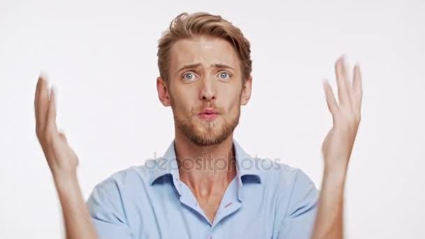 Zklamaný bělochovi s modrýma očima a hnědé vousy ptát proč na bílém pozadí