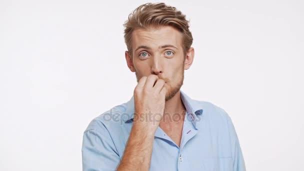Krásná mladá bělochovi s modré oči a hnědé vlasy odesílání dvě vzduch polibky do kamery na bílém pozadí v slowmotion