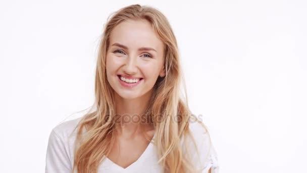 Mladá krásná kavkazských blonďatá dívka s úsměvem, směje se na bílém pozadí
