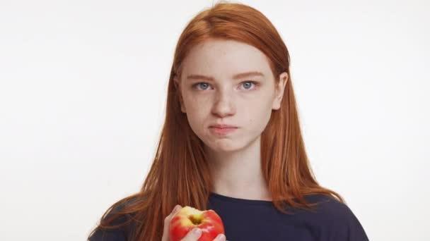 dívka jablko