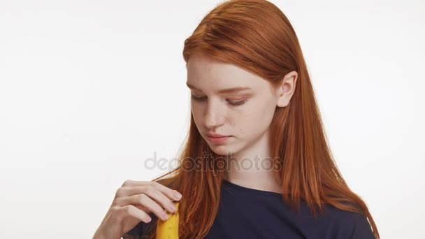 dívka jíst banán