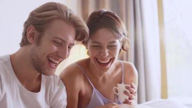 pár milenců čtení ranní noviny