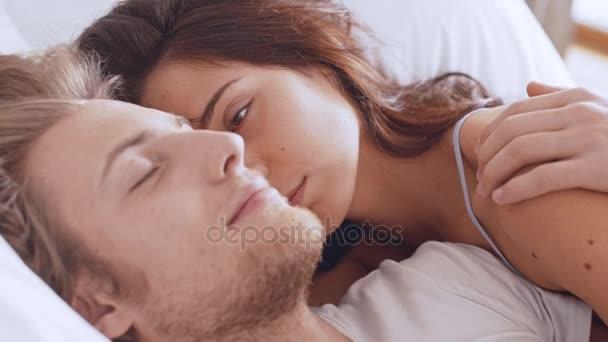 milenci, ležící v posteli a v noci