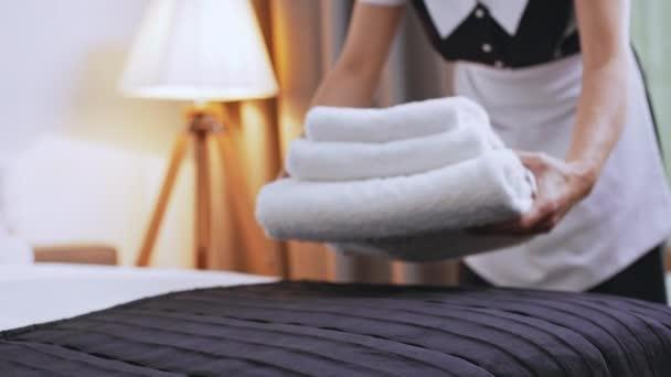 Come Piegare Gli Asciugamani In Albergo : Cameriera puttin asciugamani piegati sul letto u video stock nk
