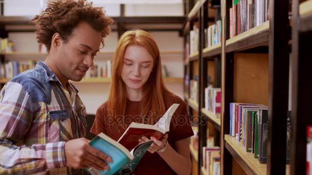devushka-v-biblioteke-video