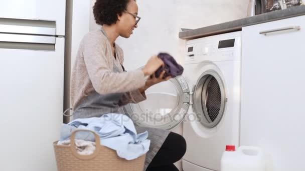 weibliche Kleidung in die Waschmaschine zu laden
