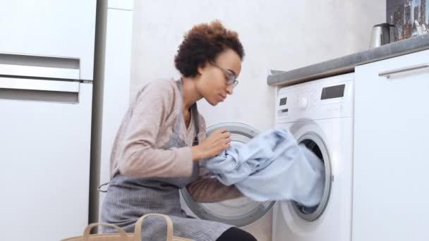 žena tu nějak prostěradlo pračky