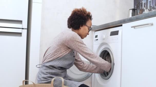 žena dostat ven. oblečení pračky
