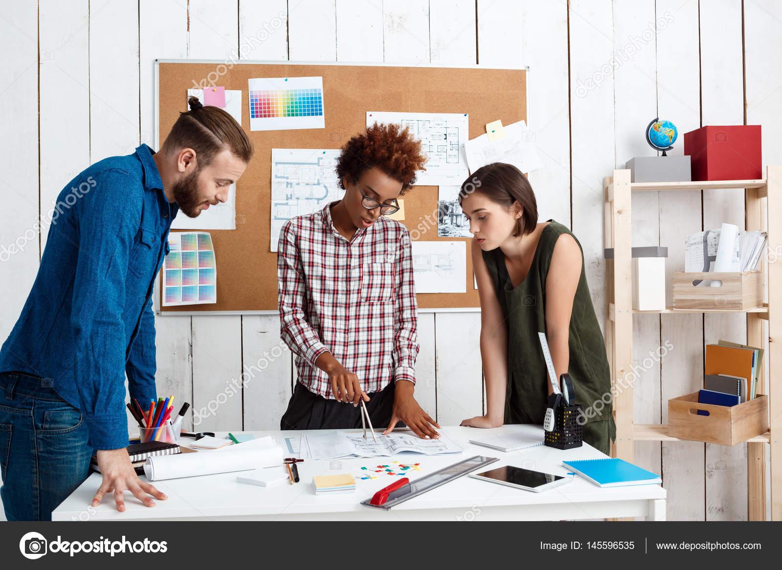 Capo Ufficio Disegno : Colleghi sorridere parlare discutere disegni nuove idee in