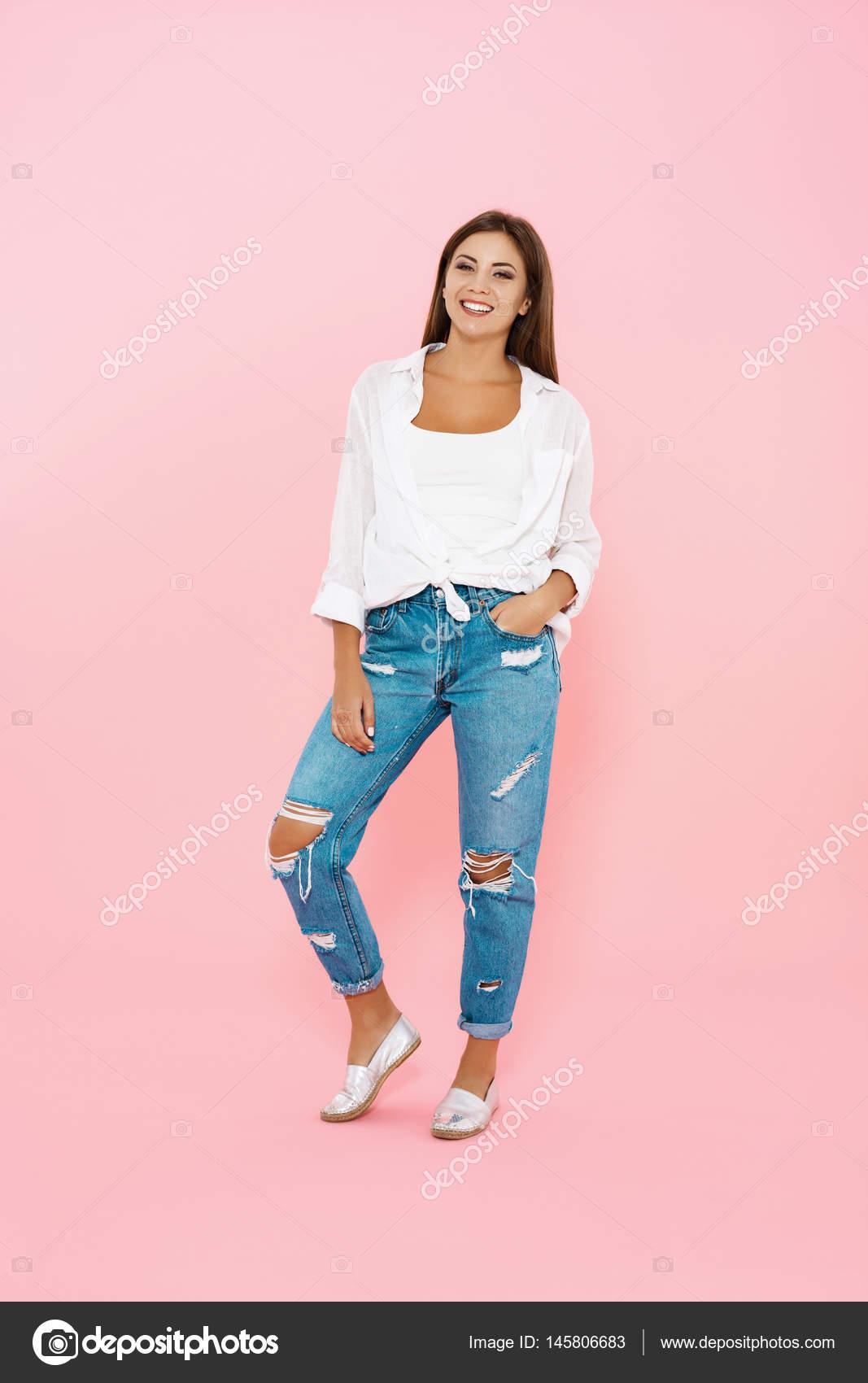5f599eeedff Femme en tenue de printemps dernier cri. Blue jeans et chemise blanche–  images de stock libres de droits