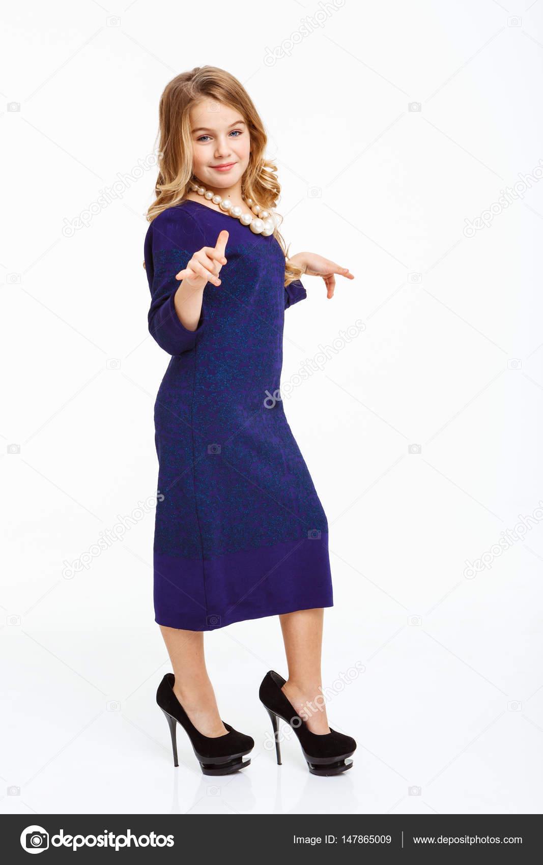 Совещании блондинка в белых туфлях