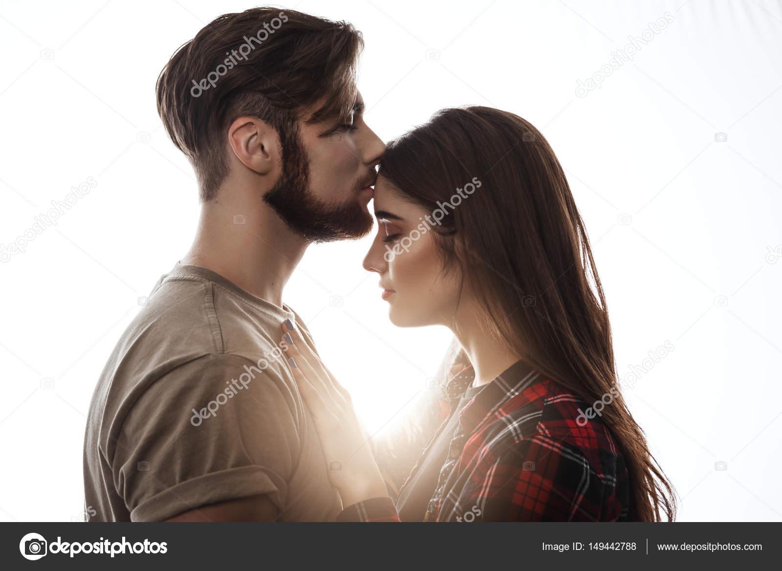 Поцеловать девушку в лоб