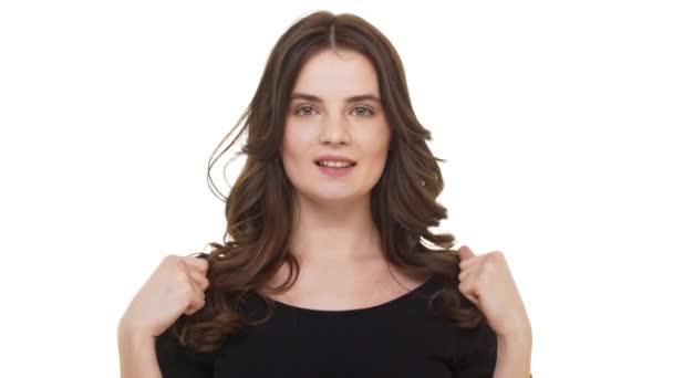 Křivky mladý Kavkazský žena šťastně radují, usmívající se na bílém pozadí