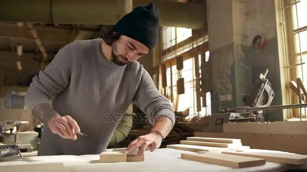 muž dimenzování dřevěných obrobku v truhlářství