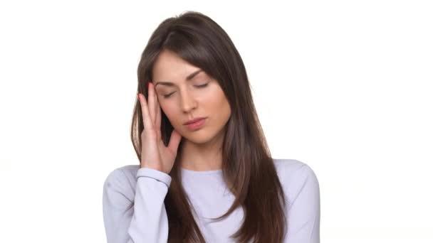 Unavená a nešťastná žena Kavkazský utrpení hrozné bolesti hlavy stojící nad bílým pozadím
