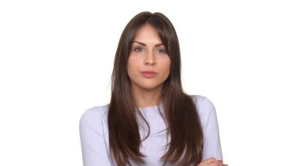 Unavený kavkazských mladá dáma silně vzdychat zklamáním a mávala jí hlavu nad bílým pozadím