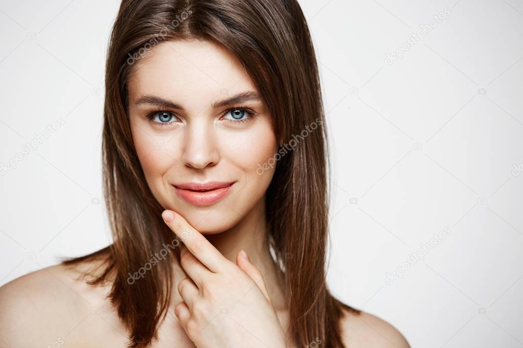 Nackte junge schöne Mädchen mit natürlichen Make up
